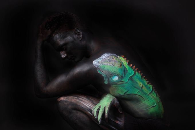 GESINE MARWEDEL  German artist works the realistic or surrealistic bodypainting.