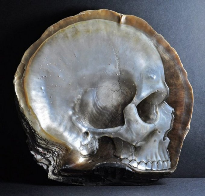 Gregory Halili is perfect proof of the idea that, with a bit of creativity and a healthy dose of talent and practice, beautiful art can be made out of some of the most unexpected objects. In his hands, these mother-of-pearl shells become delicate bas-relief skull carvings with subtle oil-paint accents.